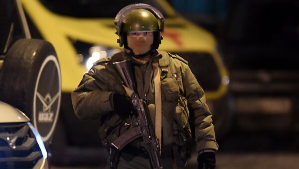 Сотрудник правоохранительных органов на месте стрельбы в многоэтажном доме в Казани