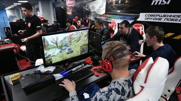 Киберспортсмены играют в World of Tanks.