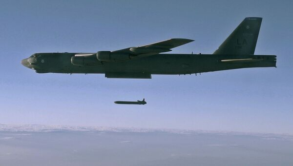 Запуск крылатой ракеты с бомбардировщика B-52. Архивное фото