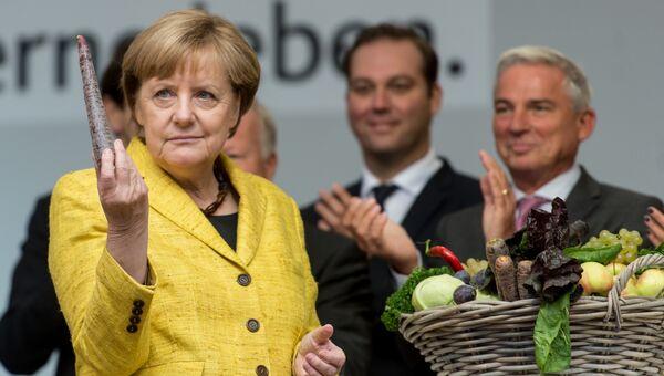 Канцлер ФРГ Ангела Меркель знакомится с фермерской продукцией во Фрайбурге, Германия. Архивное фото