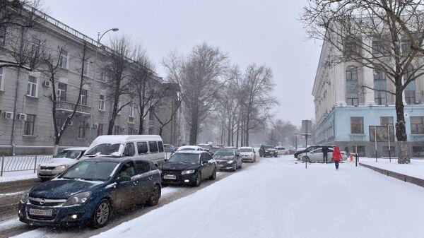 Автомобильное движение на одной из улиц в Симферополе