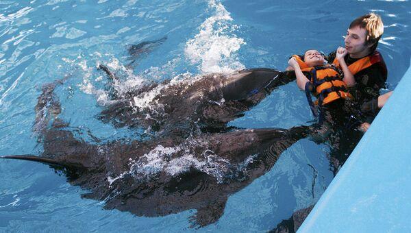 Дельфинотерапию сочетают с медикаментозным лечением,физиотерапией и другими видами реабилитации