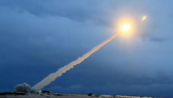 Демонстрация испытания российской крылатой ракеты неограниченной дальности с ядерной энергетической установкой во время трансляции послания президента РФ Владимира Путина Федеральному собранию
