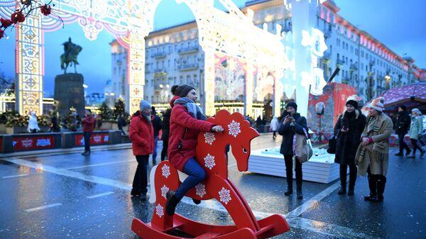 Посетители на фестивале Путешествие в Рождество на Тверской улице в Москве