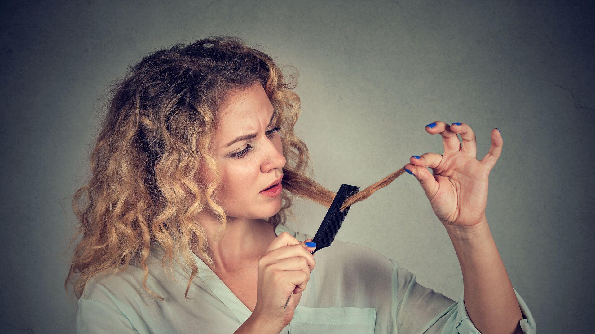 Девушка расчесывает волосы - РИА Новости, 1920, 12.03.2021