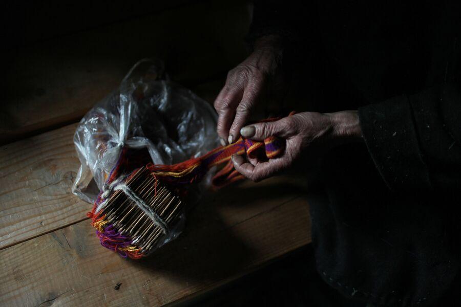 Агафья Лыкова демонстрирует незаконченный именной пояс