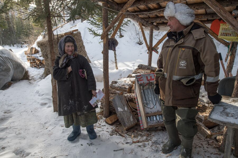 Агафья Лыкова и участковый инспектор государственного природного заповедника «Хакасский» Сергей Хлебников