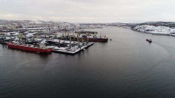 Загрузка судов углем в угольном терминале мурманского торгового порта