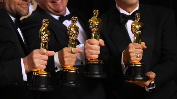 Джон Нельсон, Герд Нефзер, Пол Ламберт и Ричард Р. Гувер демонстрируют статуэтки на церемонии вручения премии Оскар