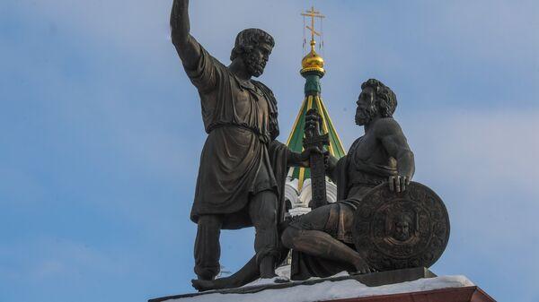 Памятник Минину и Пожарскому на площади Народного единства в Нижнем Новгороде