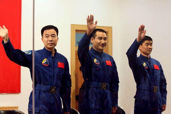 На борту Шэньчжоу-7 в космос отправятся три космонавта - Чжай Чжиган, Цзян Хайпэн и Лю Бомин