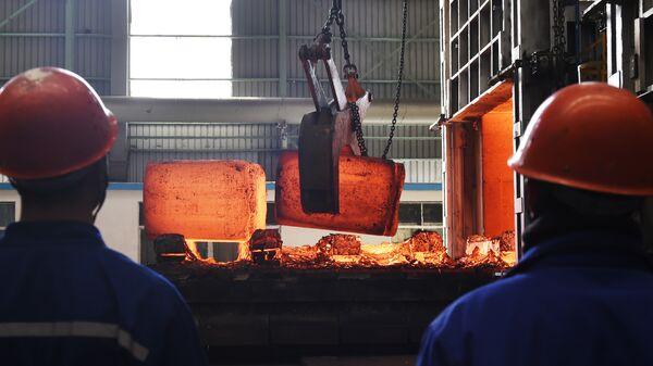 Рабочие на сталелитейном заводе. Архивное фото