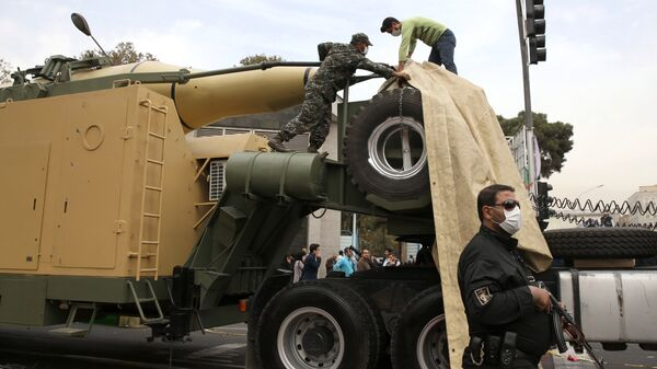 Иранская ракета земля-земля перед зданием бывшего посольства США в Тегеране. Архивное фото