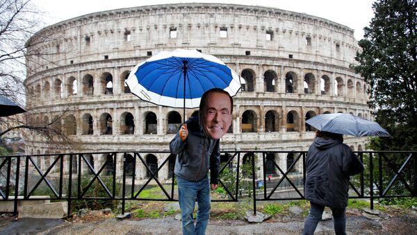 Активист в маске лидера партии Вперед, Италия Сильвио Берлускони на следующий день после парламентских выборов в Риме