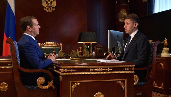 Дмитрий Медведев и руководитель Агентства по ипотечному жилищному кредитованию Александр Плутник во время встречи. 6 марта 2018