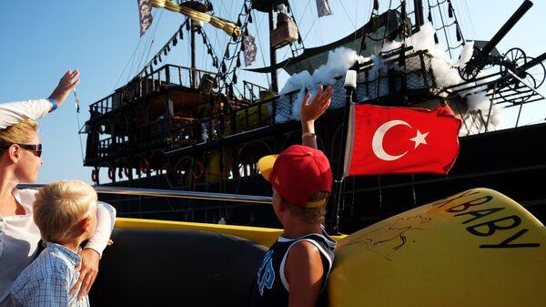 Туристы отдыхают на курорте Анталья в Турции