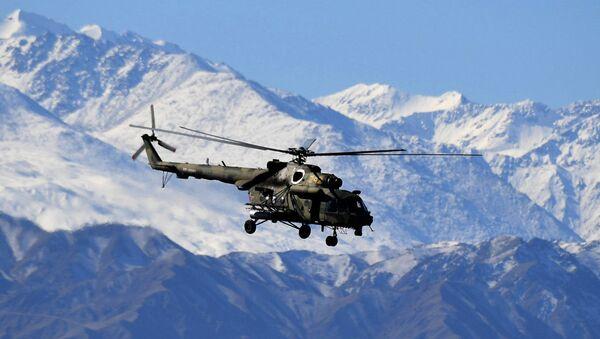 Вертолет Ми-8 в горах. Архивное фото