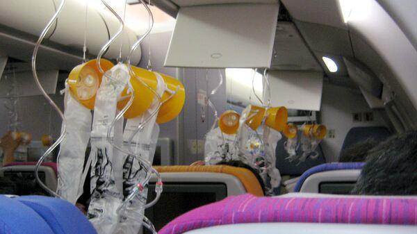 Кислородные маски в салоне самолета