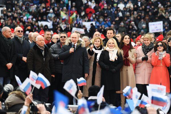 Кандидат в президенты РФ Владимир Путин на митинге За сильную Россию! на стадионе Лужники