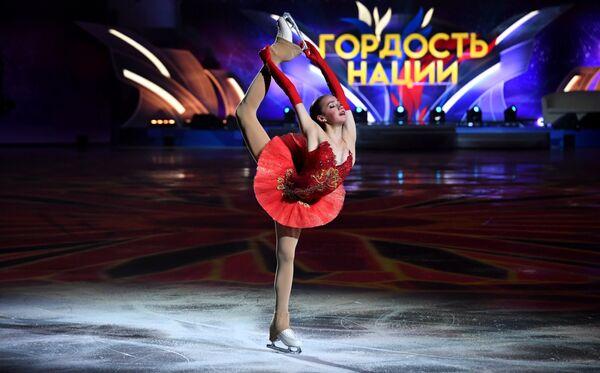 Алина Загитова во время выступления на шоу фигуристов Праздник олимпийцев. Чемпионы - Москве