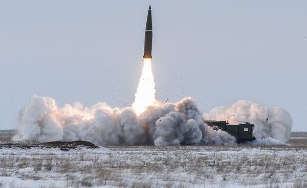 Пуск баллистической ракеты оперативно-тактического ракетного комплекса (ОТРК) Искандер-М с полигона Капустин Яр в Астраханской области