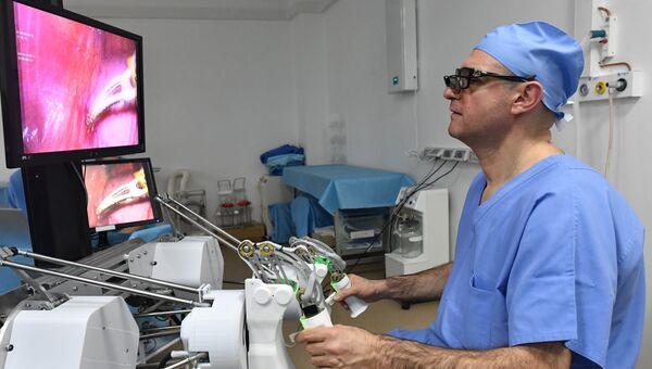 Главный уролог Минздрава РФ Дмитрий Пушкарь проводит с помощью уникального российского робота-хирурга первую операцию на животном