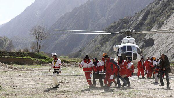 Члены спасательной команды несут тело пассажира турецкого частного самолета, который разбился в горах Загрос в Иране. 12 марта 2018