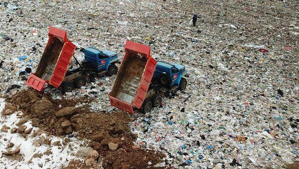 Сотрудники полигона твердых бытовых отходов Ядрово в Московской области. Архивное фото