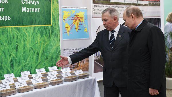 Президент РФ Владимир Путин во время посещения Национального центра зерна имени П. П. Лукьяненко в Краснодаре. 12 марта 2018