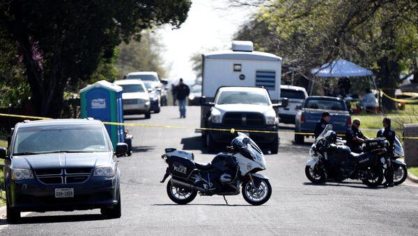 Полицейские и аварийные транспортные средства блокируют дорогу после взрыва бомбы в Остине, штат Техас. 12 марта 2018