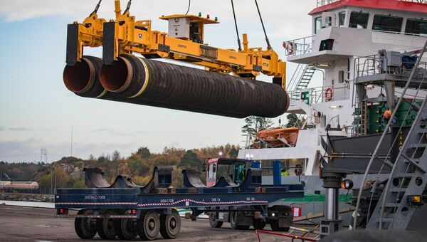 Погрузка труб для строительства газопровода Северный поток - 2 в порту Мукран, Германия