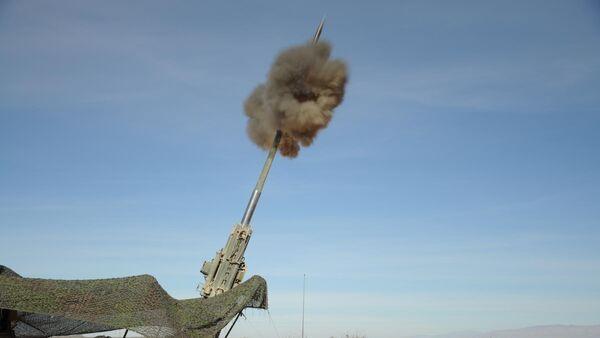 Запуск M982 Excalibur 155 мм из ствола гаубицы M777 во время стрельбы, США