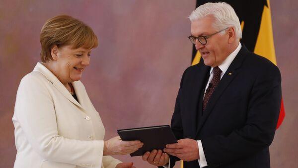 Президент ФРГ Франк-Вальтер Штайнмайер утвердил в должности канцлера Ангелу Меркель после ее избрания в бундестаге. 14 марта 2018