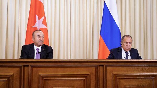 Министр иностранных дел России Сергей Лавров и глава МИД Турции Мевлют Чавушоглу во время пресс-конференции