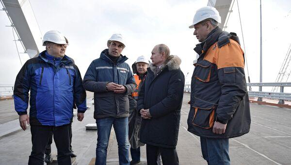 Президент РФ Владимир Путин во время осмотра готового участка автодорожной части Крымского моста через Керченский пролив. 14 марта 2018