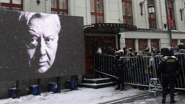 Люди стоят в очереди у входа в здание Московского Художественного театра имени А.П.Чехова, где пройдет церемония прощания с актером Олегом Табаковым. 15  марта 2018