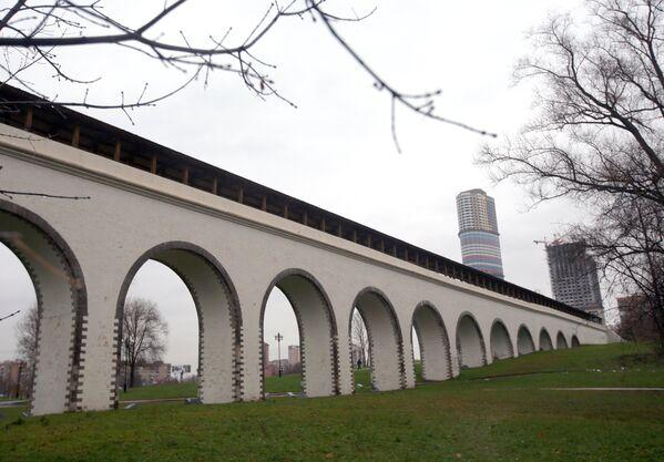 Отреставрированный Ростокинский акведук в Москве