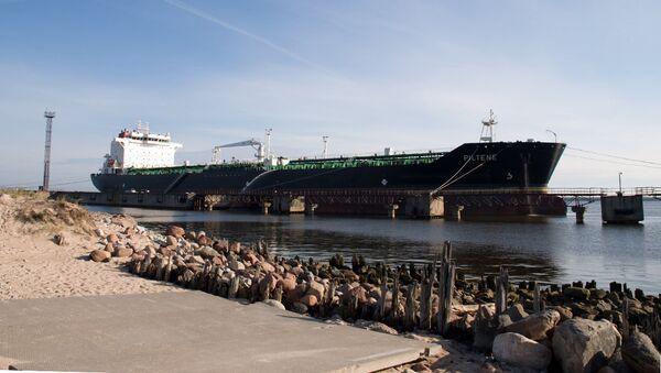 Грузовое судно в Вентспилсе, Латвия. Архивное фото