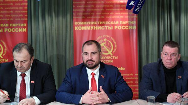 Кандидат в президенты РФ от партии Коммунисты России Максим Сурайкин во время встречи с иностранными журналистами в Москве. 15 марта 2018