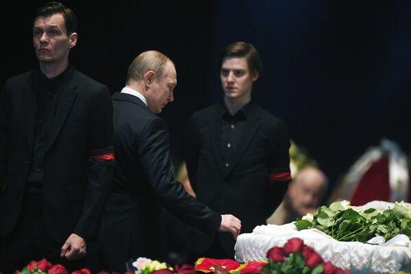 Президент РФ Владимир Путин на церемонии прощания с актером и режиссером Олегом Табаковым в МХТ имени А.П.Чехова в Москве