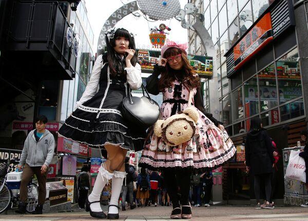 Девушки, одетые в стиле Лолита, в квартале Харадзюку в Токио