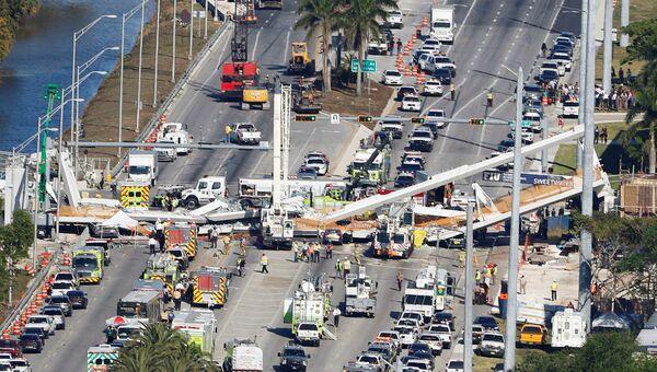 Место обрушения пешеходного моста в Международном университете Флориды в Майами