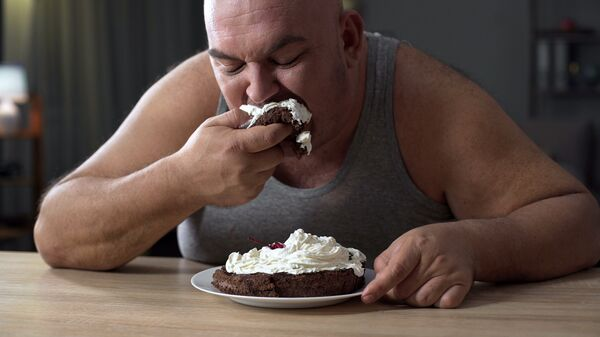 Мужчина, страдающий ожирением. Архивное фото