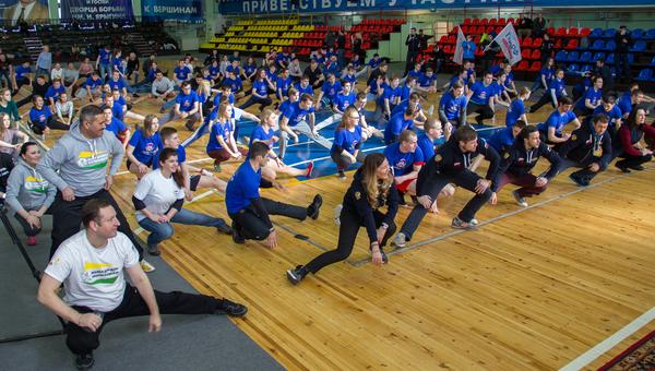 Каждый из тренеров, проводивших зарядку, показывал элементы разминки того вида спорта, которым занимается сам.
