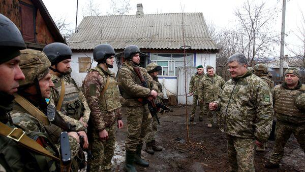 Президент Украины Петр Порошенко во время поездки в Луганскую и Донецкую области