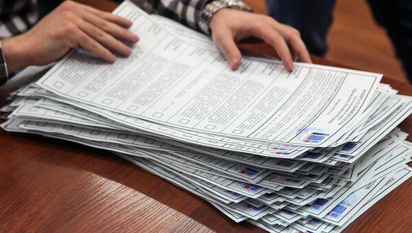Проверка избирательных бюллетеней во время подготовки избирательного участка. Архивное фото