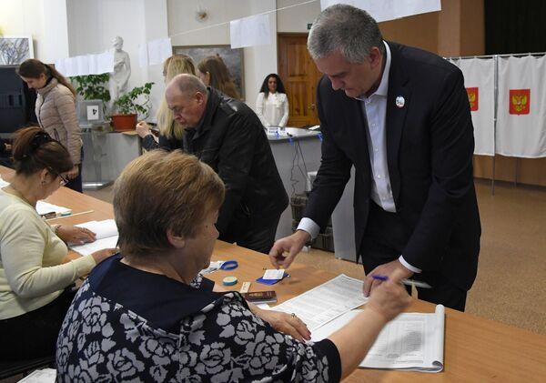 Глава Республики Крым Сергей Аксёнов во время голосования на выборах президента Российской Федерации на избирательном участке в Симферополе. 18 марта 2018
