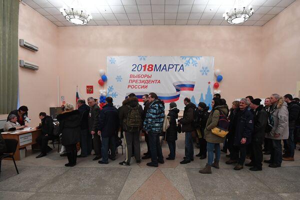 Избиратели в городе Байконур во время выборов президента РФ, Казахстан. 18 марта 2018