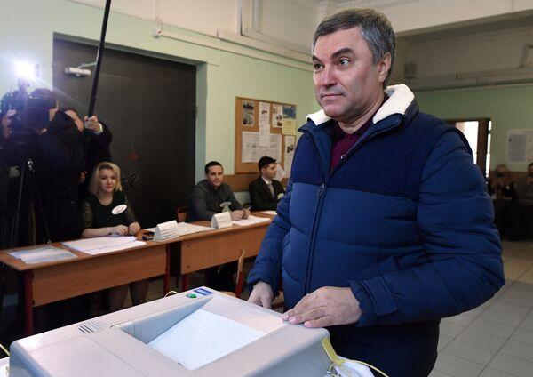 Председатель Государственной Думы РФ Вячеслав Володин во время голосования на выборах президента РФ на избирательном участке №76 в Москве. 18 марта 2018