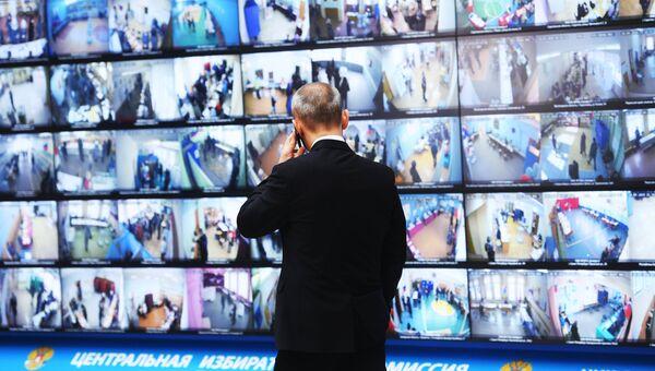 Трансляция голосования избирателей на выборах президента РФ с видеокамер, установленных на избирательных участках, в информационном центре Центральной избирательной комиссии РФ. 18 марта 2018